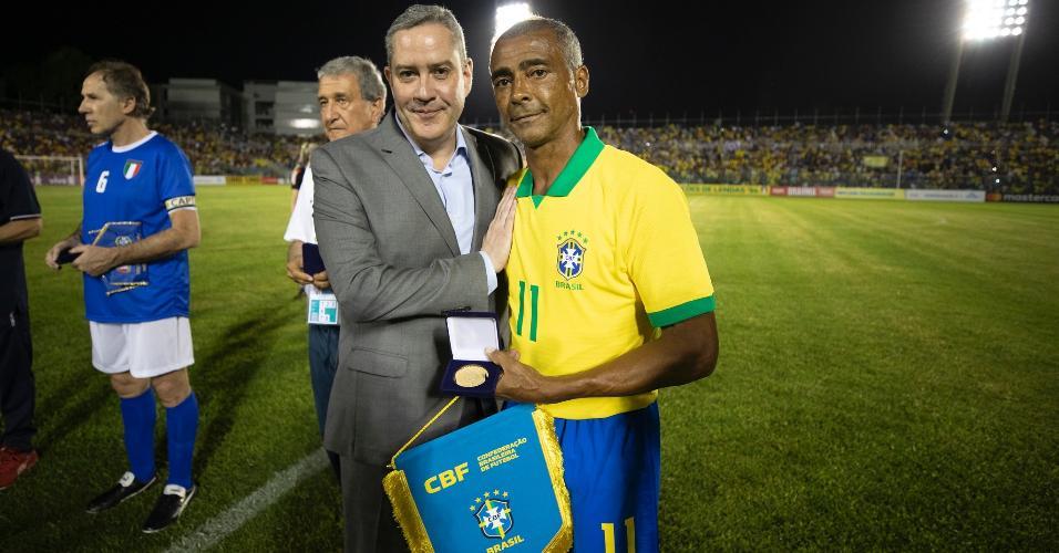 Romário posa com Rogério Caboclo antes da partida contra a Itália