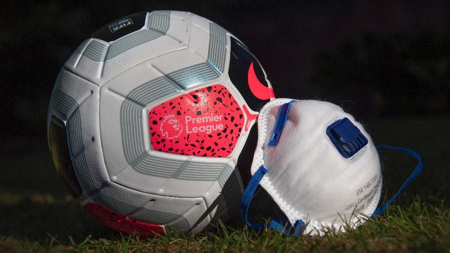 Bola utilizada na Premier League ao lado de uma máscara de proteção contra o coronavírus -  Visionhaus / Getty Images