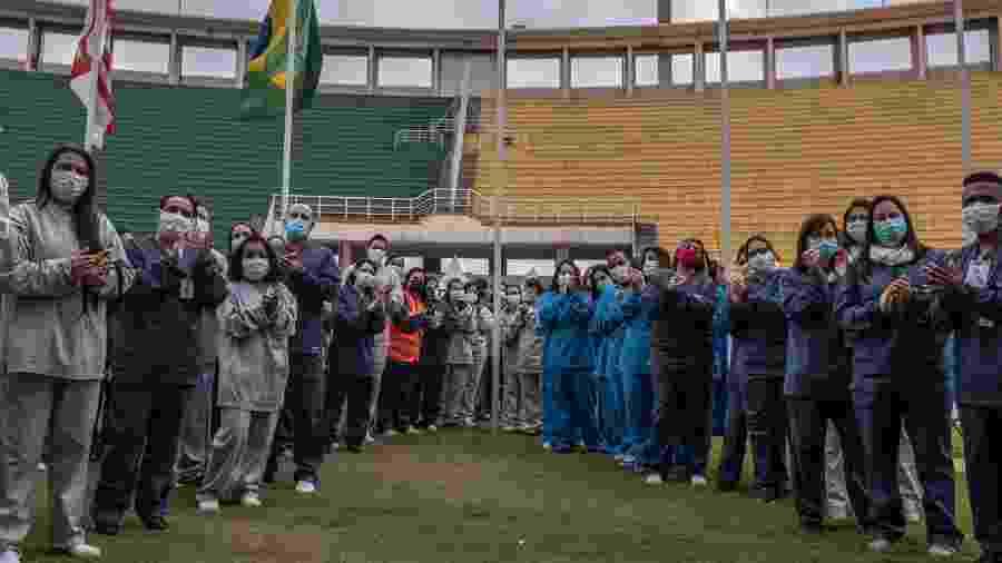 Profissionais de saúde aplaudem últimos pacientes com alta no hospital de campanha montado no Estádio do Pacaembu, durante a pandemia de covid-19 - Ettore Chiereguini/AGIF