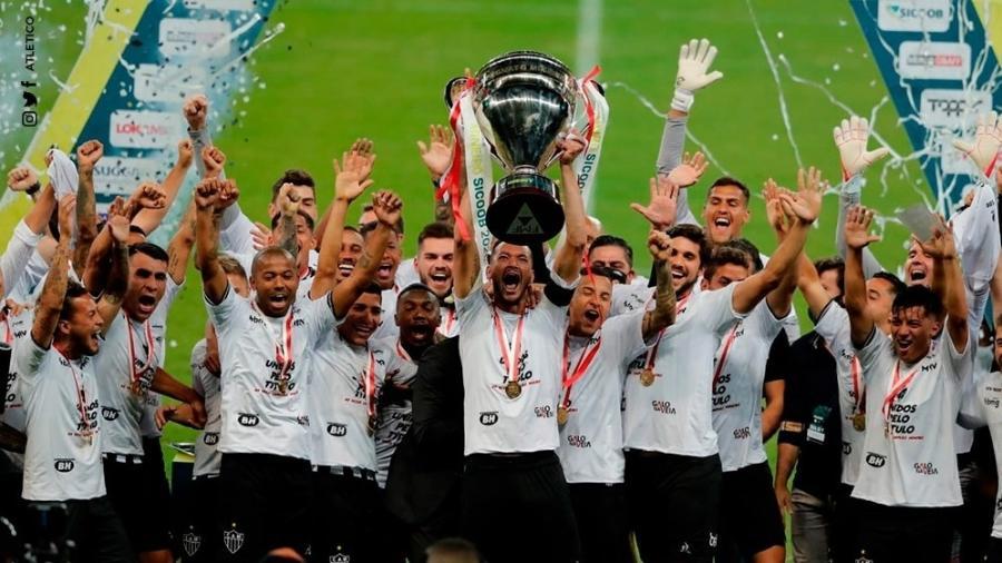 Réver, capitão do Atlético-MG, ergue a taça de campeão mineiro após final com o Tombense - Divulgação