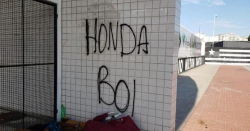 Torcida do Botafogo pichou o muro do CT com os dizeres