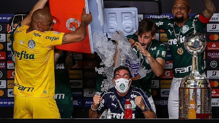 Abel Ferreira recebe banho de gelo de seus comandados no Palmeiras - Cesar Greco