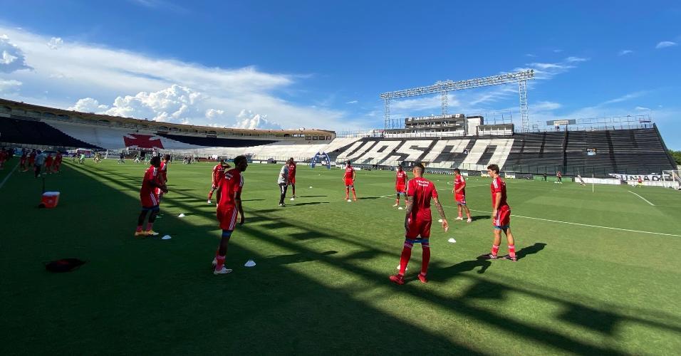 Jogadores do Inter se aquecem em São Januário antes da partida contra o Vasco