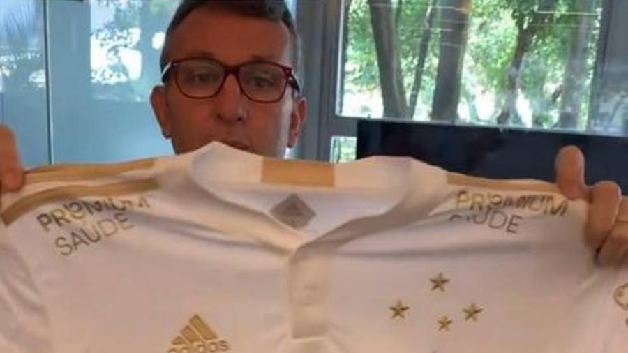 """O """"Craque Neto"""" foi escolhido pelo Cruzeiro para ser o responsável por divulgar a camisa branca do clube - Reprodução"""