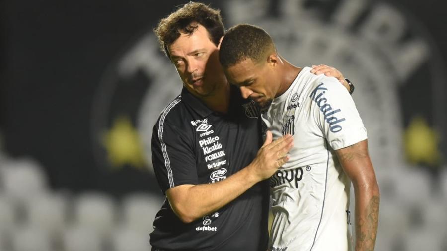 Felipe Diniz consola Luiz Felipe em partida do Santos - Ivan Storti