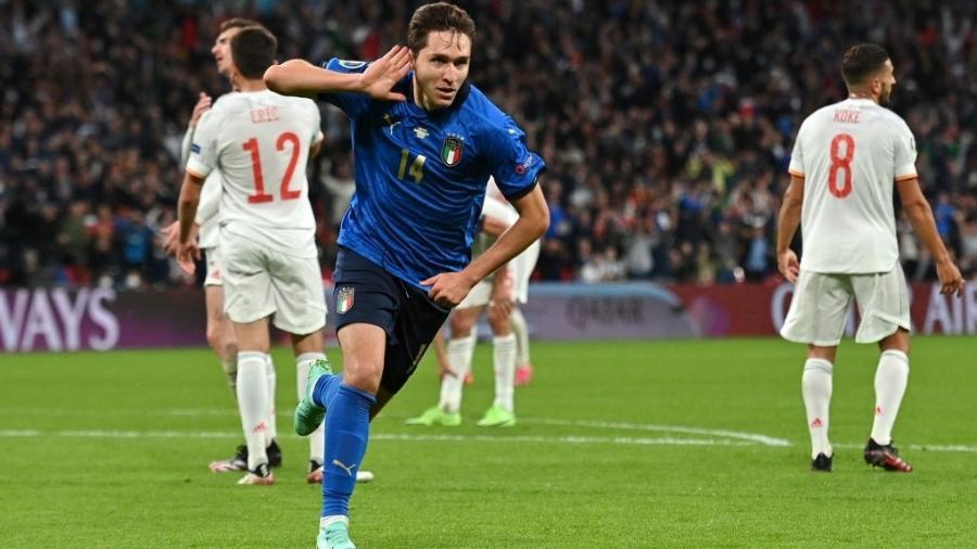Federico Chiesa comemora gol da Itália contra a Espanha pela semifinal da Eurocopa - Getty Images
