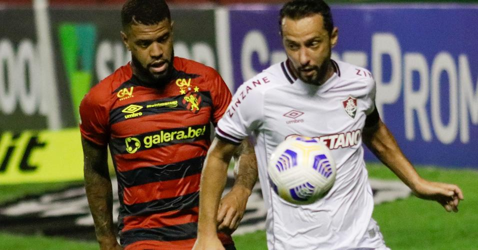 Lateral Junior Tavares, do Sport, marca o meia Nenê de perto no duelo com o Fluminense, no Recife, pelo Brasileirão 2021