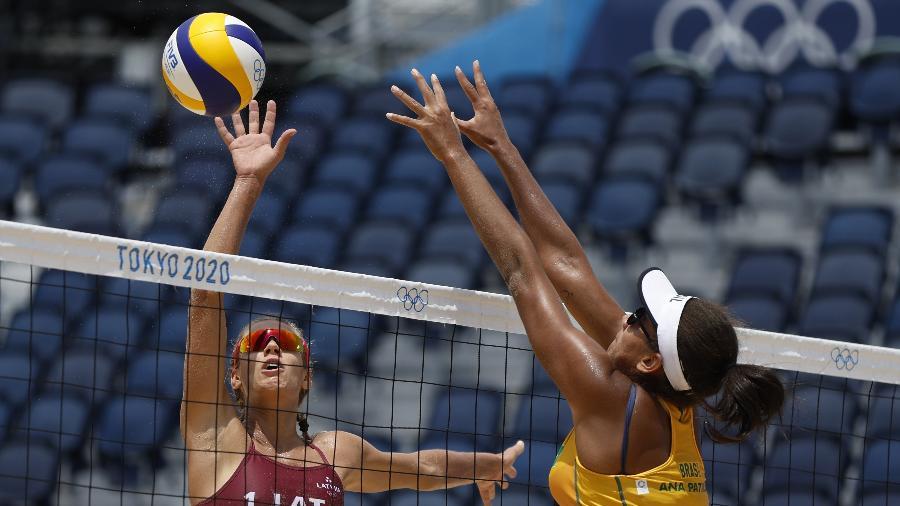 Dupla brasileira formada por Ana Patrícia e Rebecca durante jogo contra a Letônia nas Olimpíadas - REUTERS/John Sibley