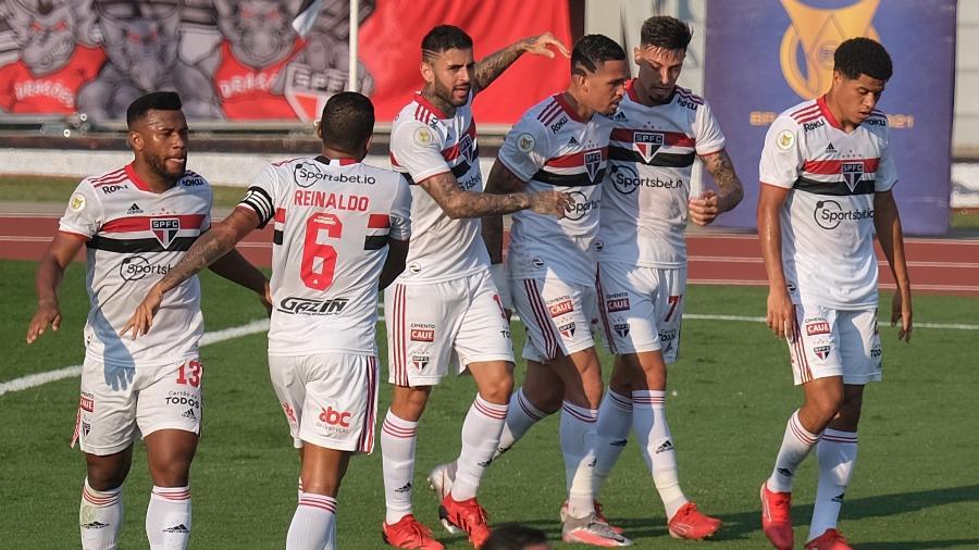 Jogadores do São Paulo comemoram gol de Rigoni contra o Atletico-GO - Marcello Zambrana/AGIF