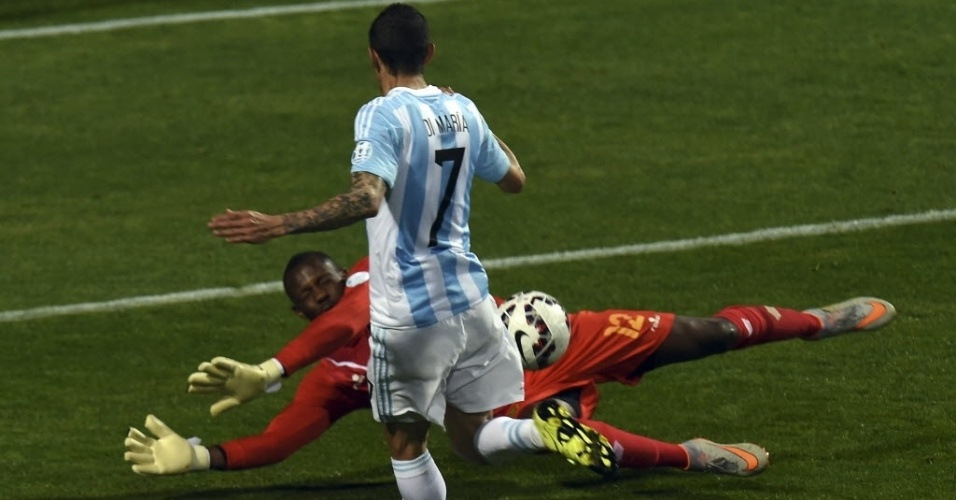 Di María toca sobre o goleiro Miller no jogo entre Argentina e Jamaica