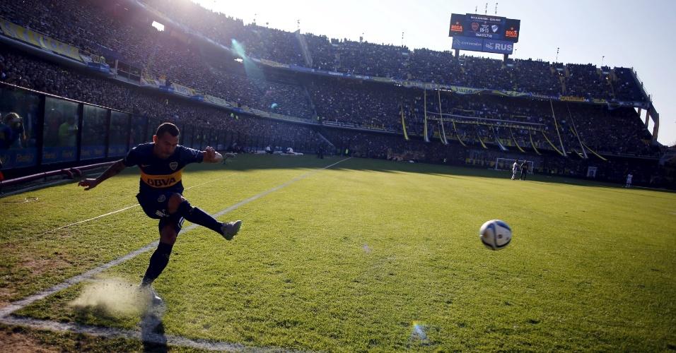 Tevez cobra escanteio no jogo que marcou o seu retorno ao Boca Juniors