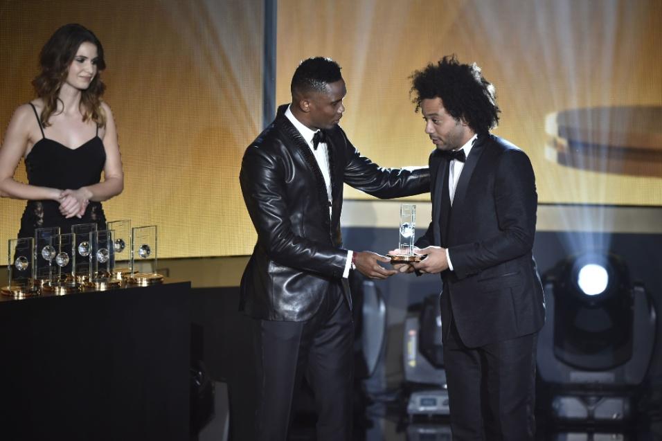 Marcelo recebe das mãos de Eto'o o prêmio como um dos melhores defensores de 2015