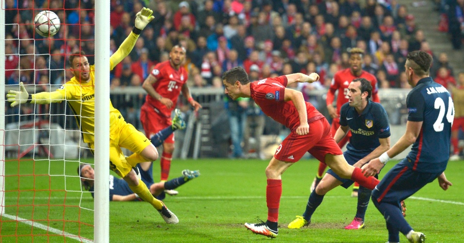 Lewandowski marca o segundo gol do Bayern contra o Atlético de Madri
