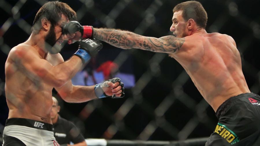 Renato Moicano acerta soco em Zubaira na primeira luta do card preliminar do UFC 198 - Heuler Andrey/UOL Esporte
