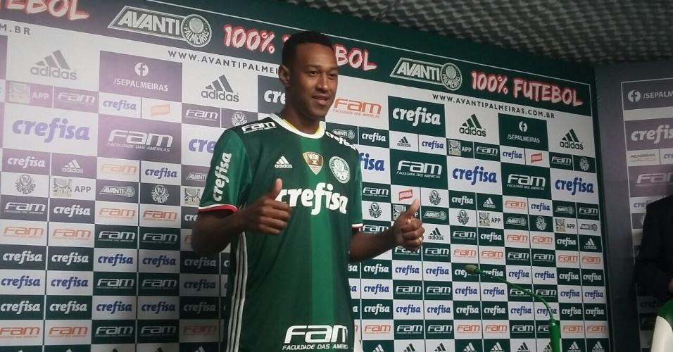 Fabrício posa com a camisa do Palmeiras na apresentação