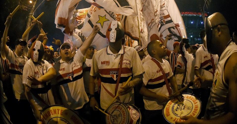 Torcida organizada do São Paulo faz batucada antes de jogo contra o Atlético Nacional