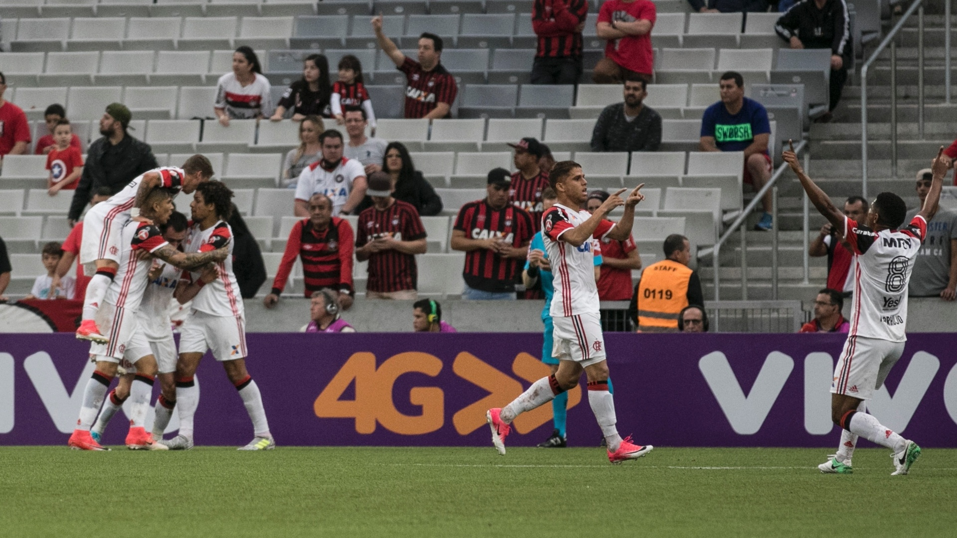 Jogadores do Flamengo comemoram gol marcado por Mancuello na Arena da Baixada