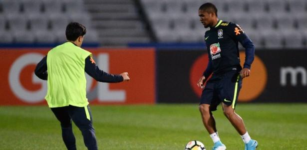 Douglas Costa treina para jogo com a Argentina, marcado para a próxima sexta
