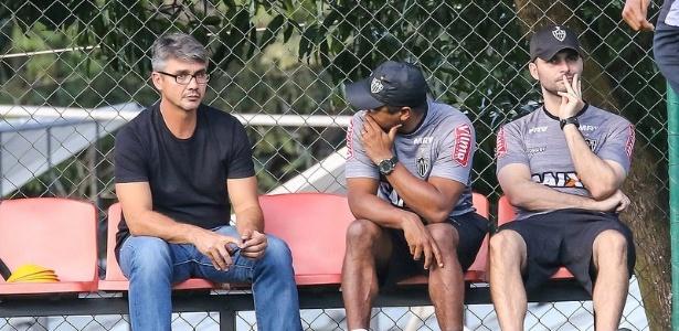 Novo superintendente de futebol do Atlético-MG, André Figueiredo (de preto), conversa com o técnico Roger Machado