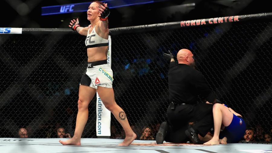 Brasileira Cris Cyborg comemora vitória sobre Tonya Evinger no UFC 214
