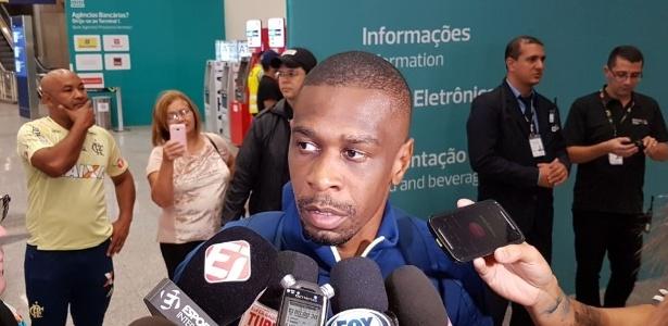 Zagueiro Juan concede coletiva em desembarque do Flamengo no Rio