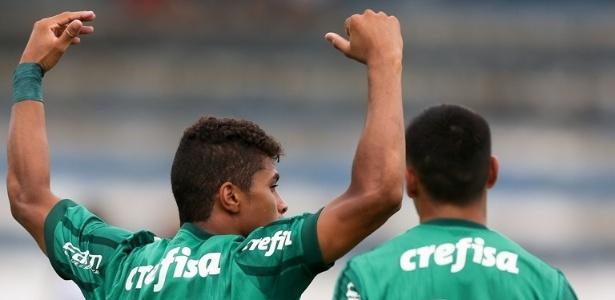 Yan (à esquerda) foi o responsável por marcar um dos gols da vitória do Palmeiras
