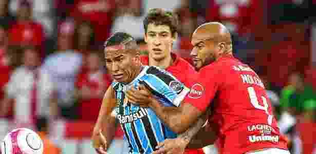 Jael tenta dominar a bola diante da marcação de Rodrigo Moledo durante Gre-Nal 415 - Lucas Uebel/Grêmio - Lucas Uebel/Grêmio