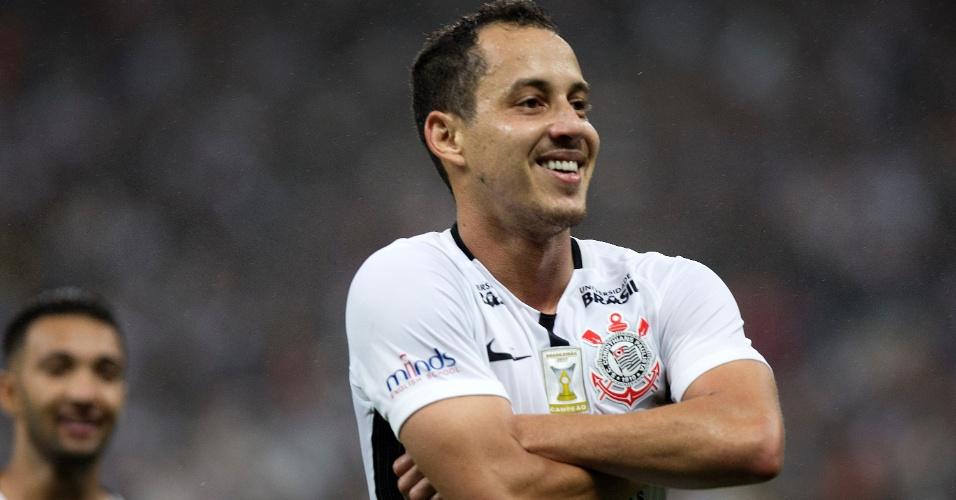 Rodriguinho celebra após marcar para o Corinthians sobre o Fluminense