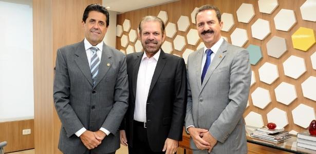 Reinaldo Carneiro Bastos, presidente da FPF (centro); procuradora do TJD não é filha dele