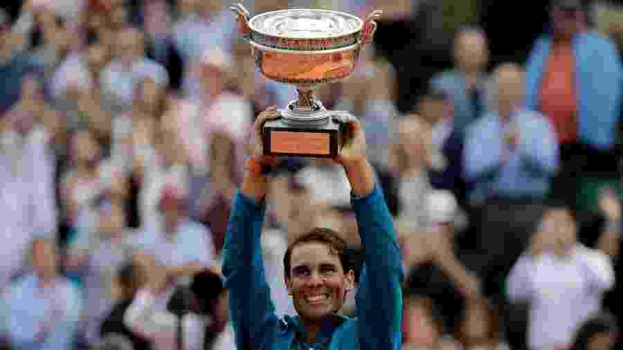 Nadal ergue o troféu de Roland Garros em 2018 - Thomas Samson/AFP