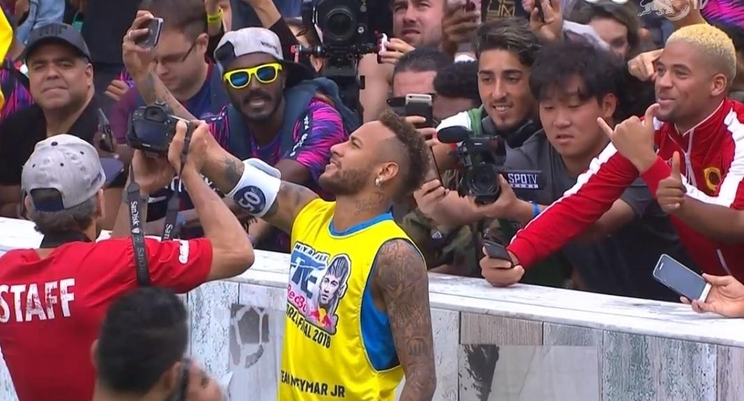 Neymar tira selfie durante evento Neymar Jr's Five em Praia Grande
