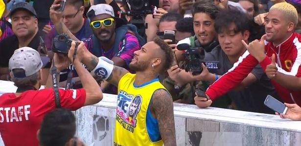 Neymar tira selfie durante evento em seu instituto neste sábado (21) - Reprodução/Red Bull
