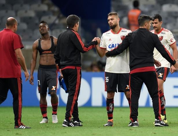 Os jogadores do Flamengo deixam o gramado do Mineirão após a queda na Libertadores - DOUGLAS MAGNO / AFP