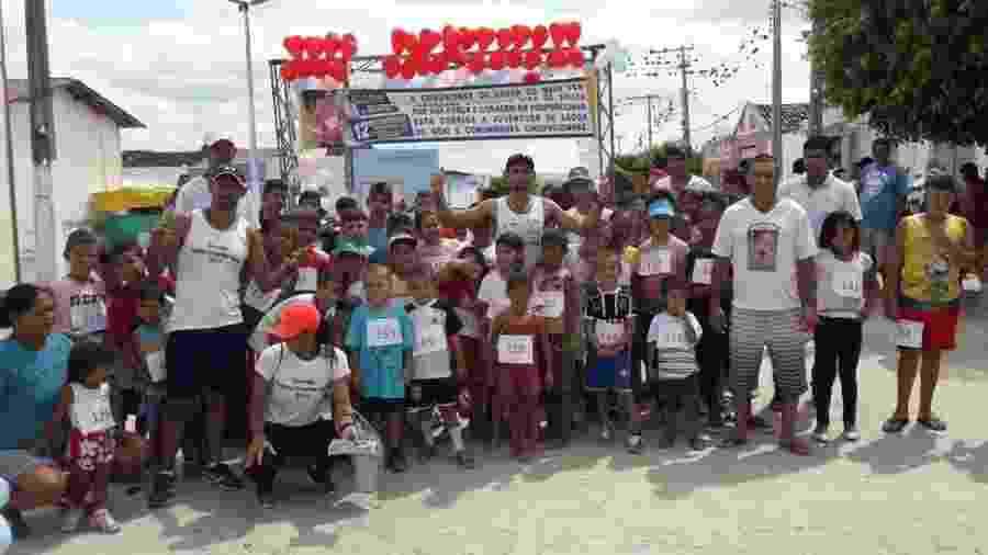 Ivanildo (ao centro) com as crianças que participaram de suas corridas - Arquivo pessoal
