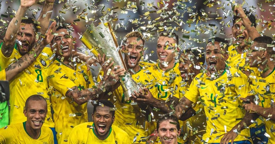 Neymar segura troféu do Superclássico das Américas