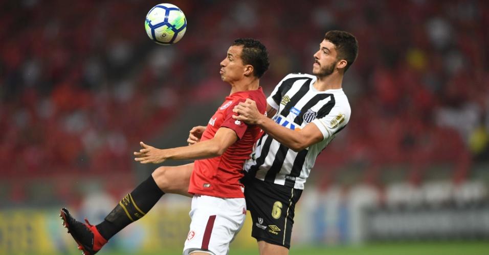 Gustavo Henrique marca Leandro Damião no jogo entre Internacional e Santos