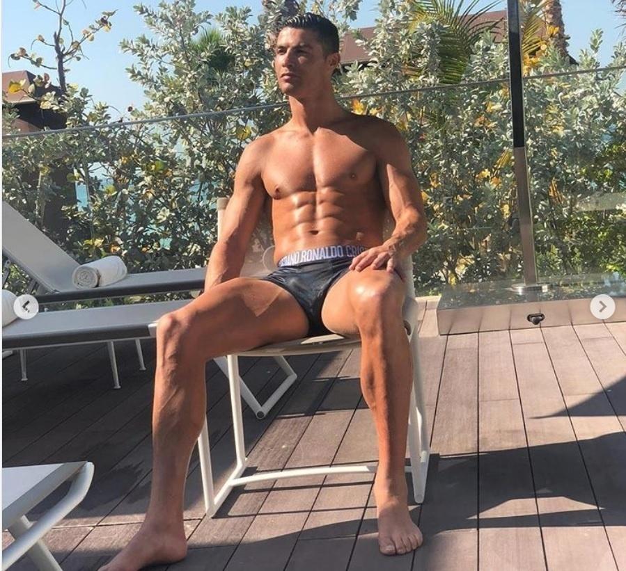 Cristiano Ronaldo tirou o sábado para se exibir a beira da piscina