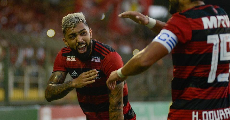 Gabigol comemora após Henrique Dourado marcar pelo Flamengo contra o Resende