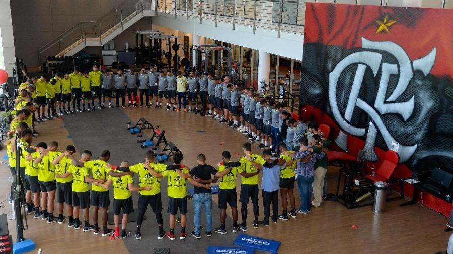 Jogadores do Flamengo rezam antes de atividade neste sábado - Divulgação/Twitter