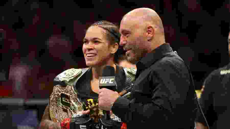 Amanda Nunes conversa com Joe Rogana  - Sean M. Haffey/Getty Images