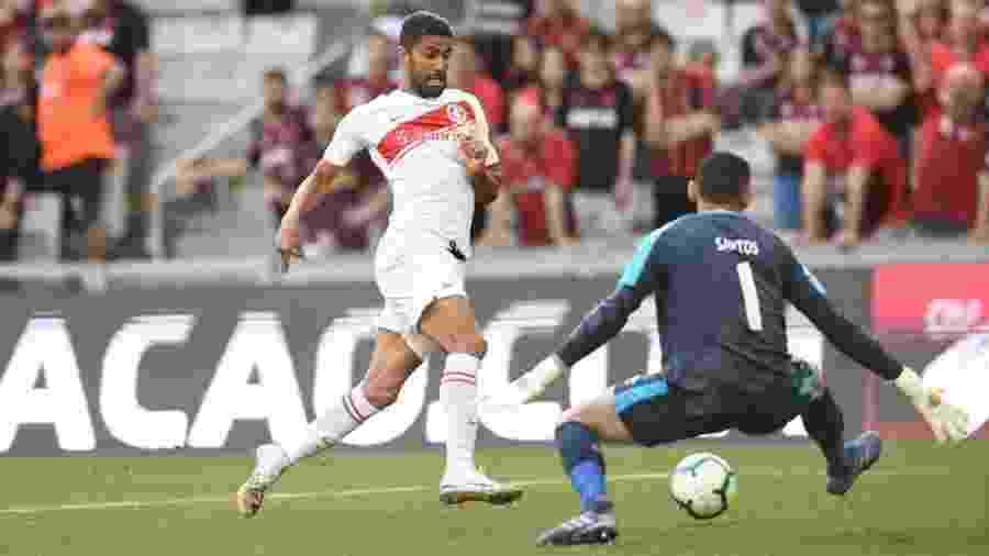 Trellez encara o goleiro Santos na partida Athletico x Internacional pelo Campeonato Brasileiro 2019 - Ricardo Duarte/SC Internacional