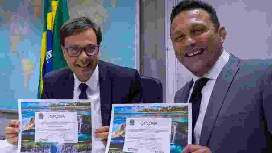 Empresário e professor de jiu-jitsu Renzo Gracie (à direita) é diplomado embaixador do turismo internacional pela Embratur - Divulgação/Embratur