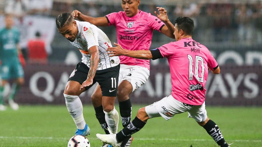 Júnior Urso é cercado por Franco e Mera do Independiente del Valle  - Alexandre Schneider/Getty Images