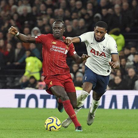 Tanganga tenta desarmar Mané, durante a partida entre Tottenham e Liverpool - Nick Taylor/Liverpool FC/Liverpool FC via Getty Images
