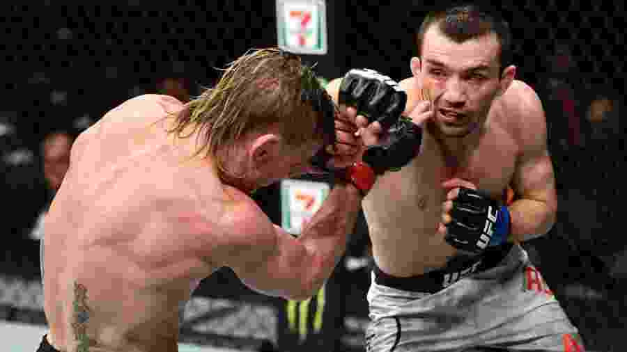 Askar Askarov acerta Tim Elliot no UFC 246 - Jeff Bottari/Zuffa LLC via Getty Images