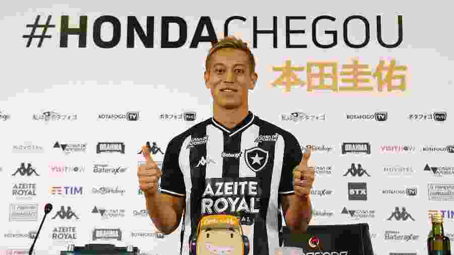Honda vestiu a camisa do Botafogo e posou para fotos durante sua apresentação - Vítor Silva/Botafogo
