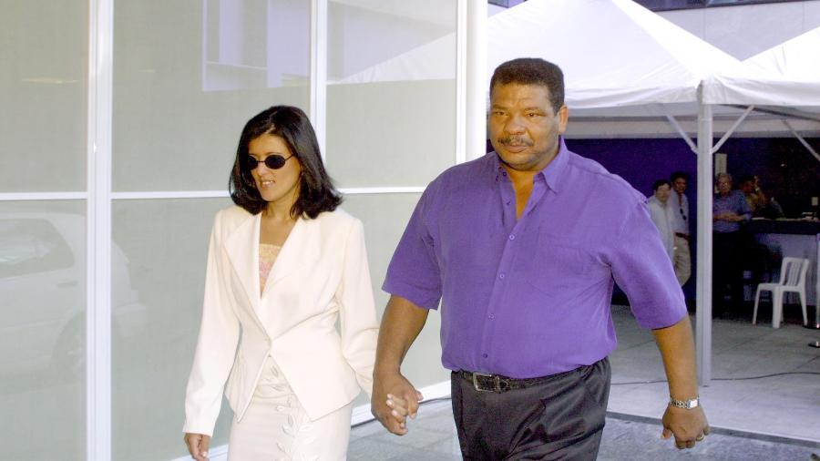 Adilson Rodrigues Maguila (d) e sua esposa, Irani Pinheiro, em imagem de 2001 - Adriana Elias/Folhapress