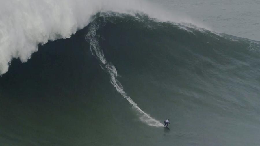 Maya Gabeira surfa onda gigante em Nazaré, em Portugal - Pedro Miranda / WSL via Getty Images