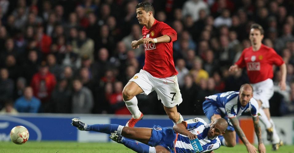 Fernando Reges (no chão), do Porto, desarma Cristiano Ronaldo, à época no Manchester United, em jogo da Liga dos Campeões de 2009