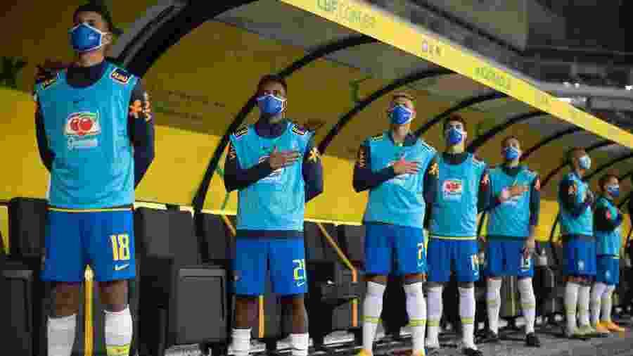 Jogadores no banco de reservas da seleção brasileira na Neo Química Arena usam máscaras indicadas por protocolo - Lucas Figueiredo/CBF